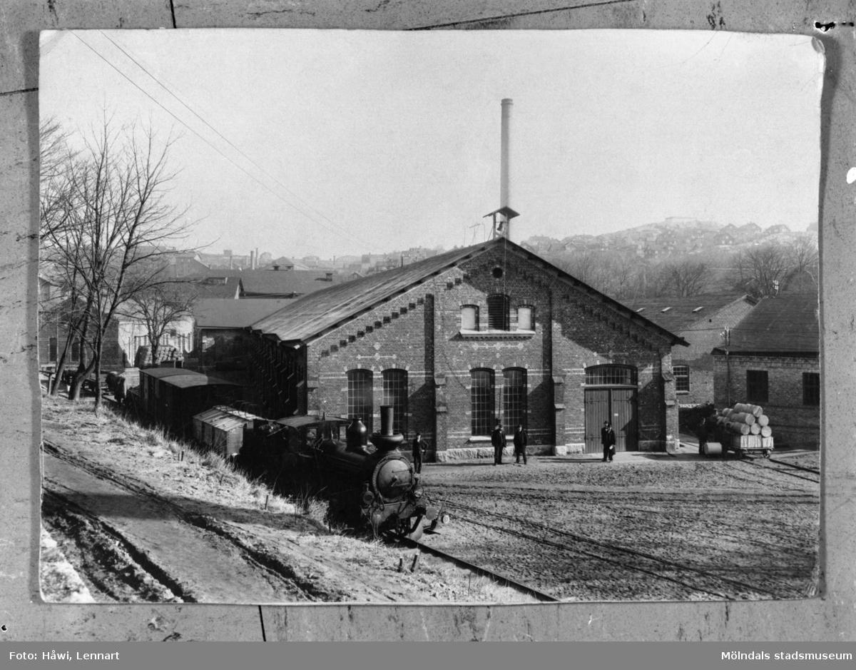 Bild från Papyrus fabriksområde, byggnaden närmast kallades Trekanten. Exteriör från 1899-1901. Reprofotografi, 19/12 1960.