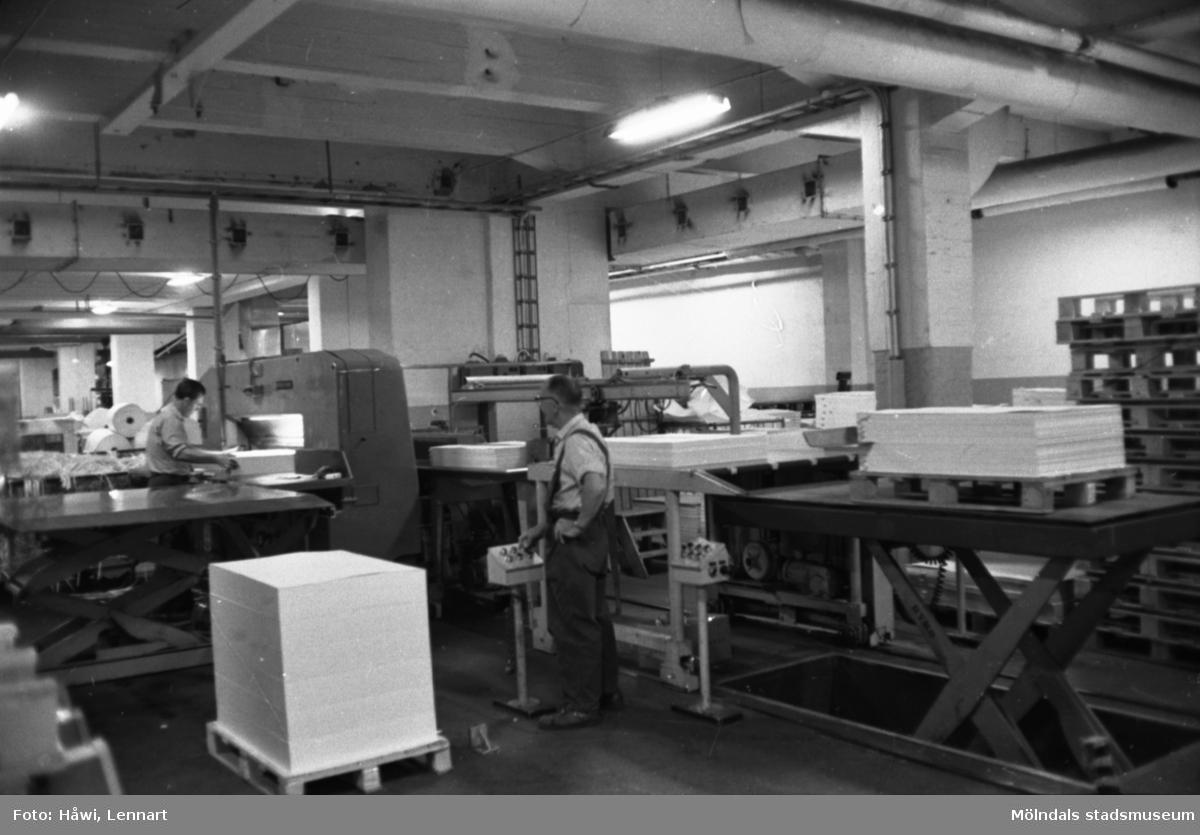 Män i arbete vid maskin på Papyrus i Mölndal, hösten 1970.