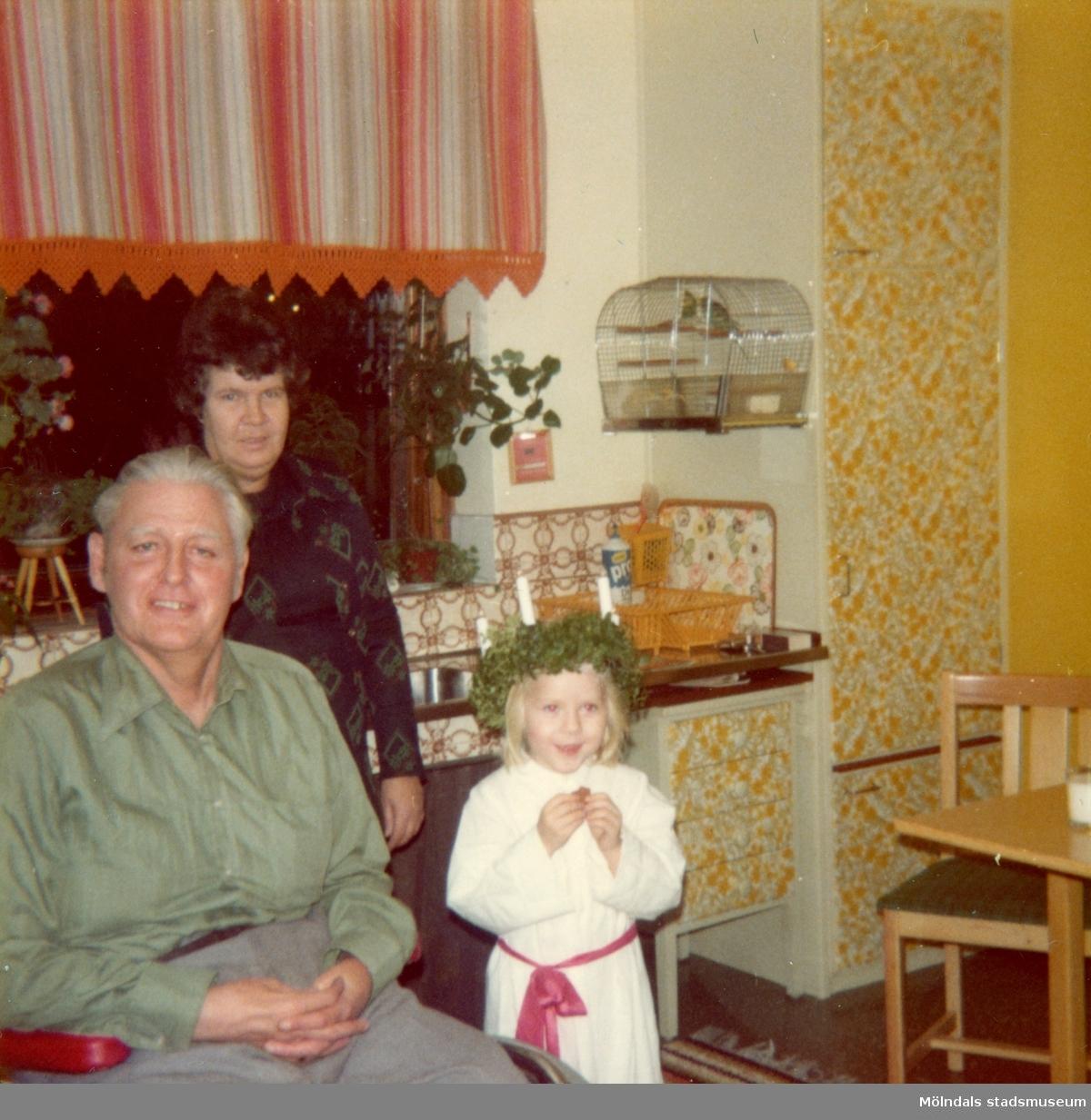 Christine är lucia hos morbror Göte i Åby i Mölndal, cirka december 1974.