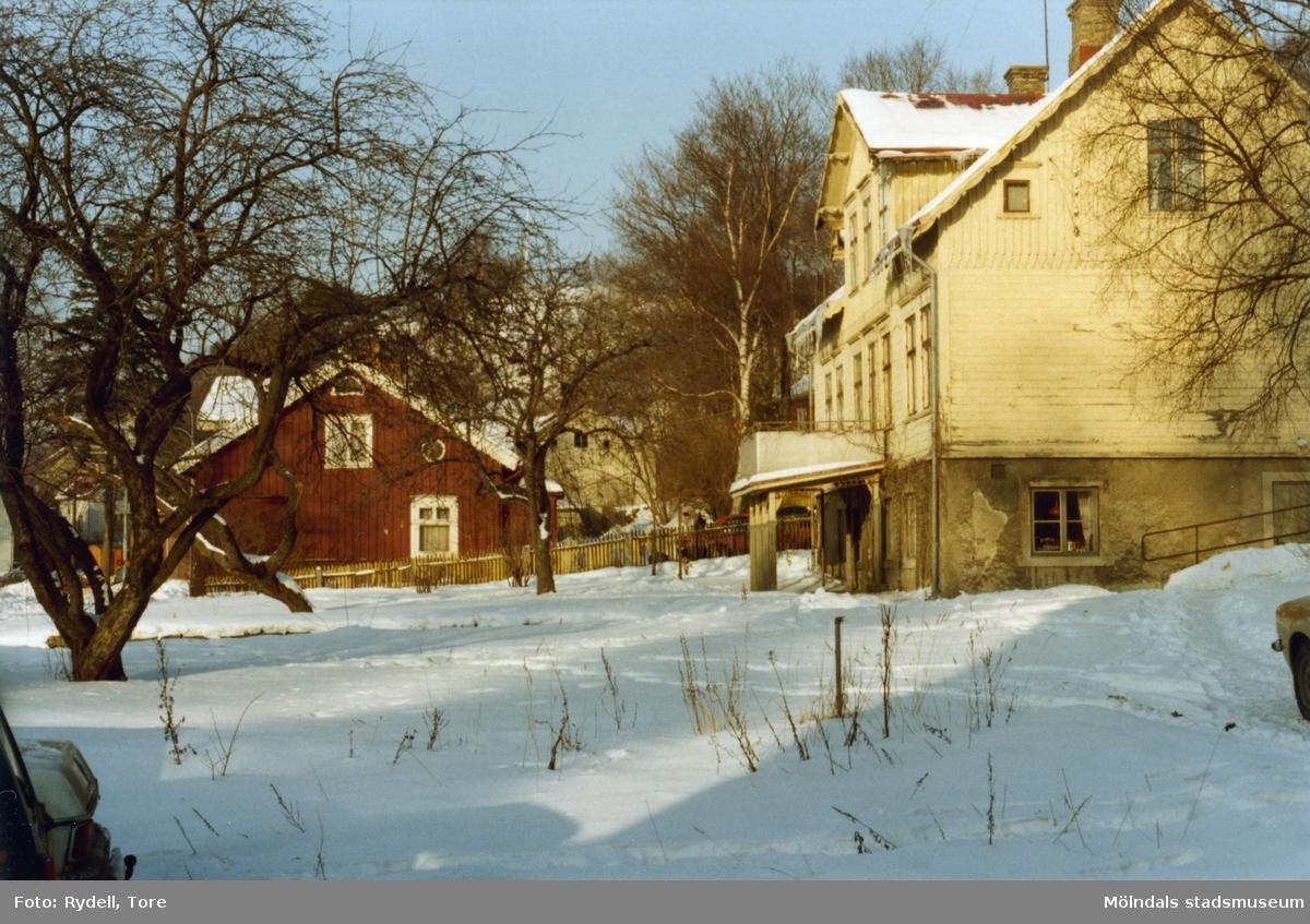 """Trädgården i Mölndal på 1970-talet. Trädgårdsgatan 10, även kallat """"Klubben"""". Huset har varit föreningslokal för Kvarnby basket och Länkens kamratförbund. Till höger ses huset Trädgårdsgatan 8."""