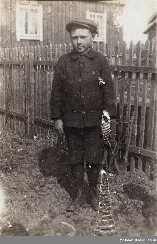 Åke Börjesson fotograferad i trädgården. Fotografi ur album som tillhört Hilda Börjesson Hallgren.