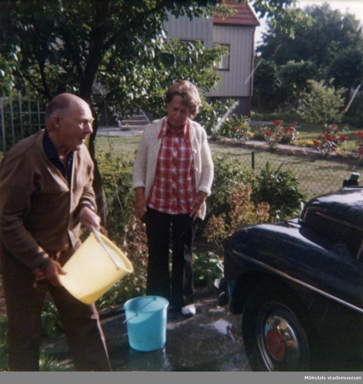 Solhemsgatan 10, år 1978. Åke och Inga-Lill Börjesson tvättar PV:n. I bakgrunden Solhemsgatan 12.