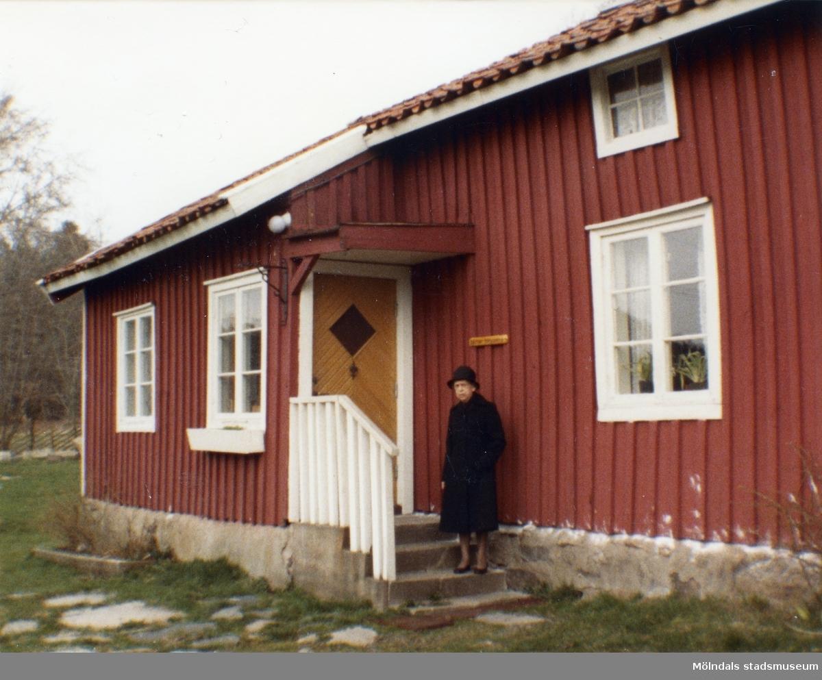 Inga-Lill Börjesson utanför Långåkers hembygdsgård i Kållered, samma månad som maken, Åke Börjessons bortgång.