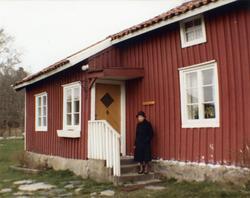 Inga-Lill Börjesson utanför Långåkers hembygdsgård i Kållere