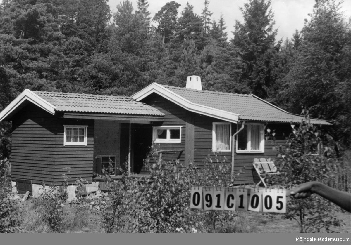 Byggnadsinventering i Lindome 1968. Ranered 1:47. Hus nr: 091C1005. Benämning: fritidshus och gäststuga. Kvalitet: mycket god. Material: trä. Tillfartsväg: framkomlig.