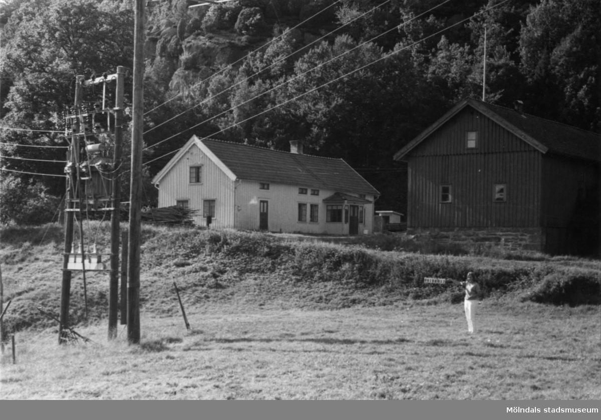Byggnadsinventering i Lindome 1968. Roggelid 1:4. Hus nr: 091D4012. Benämning: permanent bostad, ladugård och redskapsbod. Kvalitet, bostadshus: god. Kvalitet, ladugård och redskapsbod: mindre god. Material: trä Tillfartsväg: framkomlig.