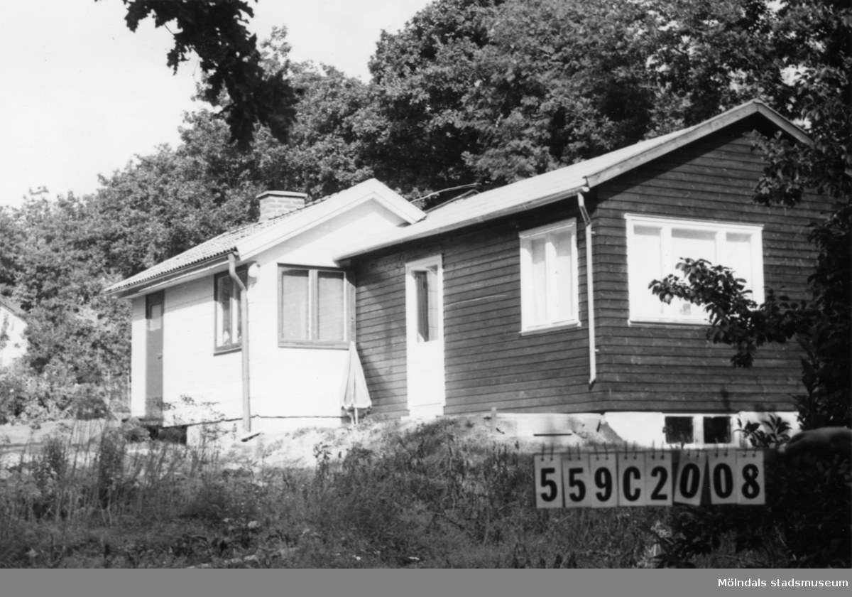 Byggnadsinventering i Lindome 1968. Torkelsbohög 1:13. Hus nr: 559C2008. Benämning: fritidshus. Kvalitet: mycket god, god. Material: eternit, trä. Tillfartsväg: framkomlig. Renhållning: soptömning.