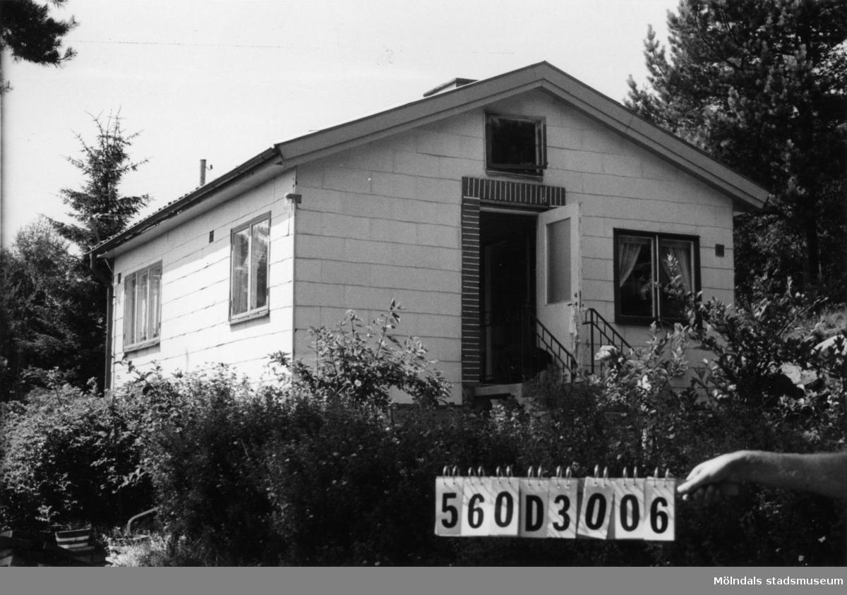 Byggnadsinventering i Lindome 1968. Gastorp 1:49. Hus nr: 560D3006. Benämning: fritidshus. Kvalitet: god. Material: trä, eternit. Tillfartsväg: framkomlig. Renhållning: soptömning.