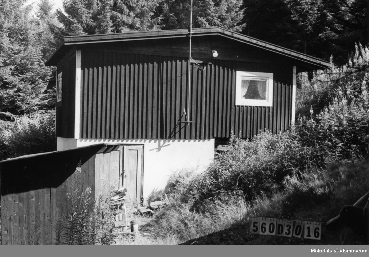 Byggnadsinventering i Lindome 1968. Gastorp 1:60. Hus nr: 560D3016. Benämning: fritidshus och redskapsbod. Kvalitet: god. Material: trä. Tillfartsväg: ej framkomlig.