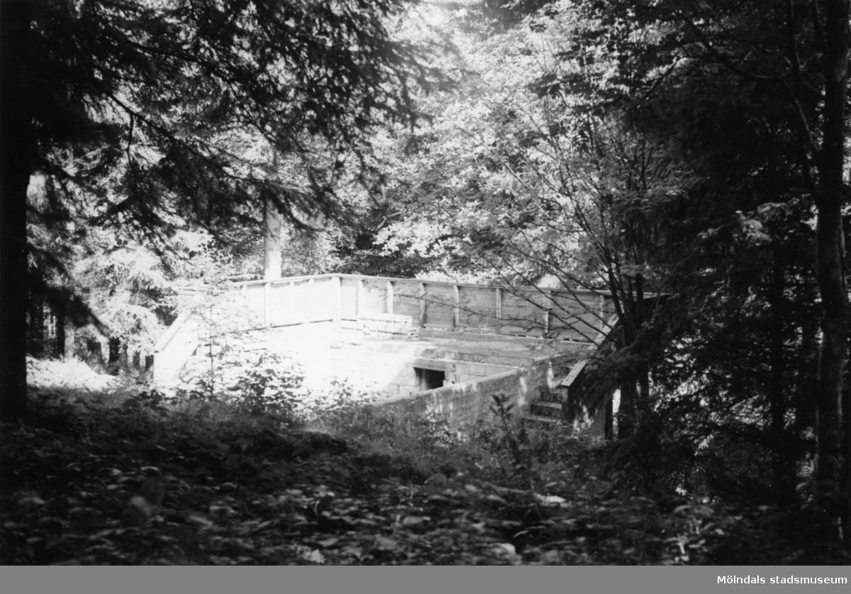 Byggnadsinventering i Lindome 1968. Bräcka (1:21). Hus nr: 570A2045, t. 570A2044. Benämning: grund till hus. Material: sten. Tillfartsväg: framkomlig.