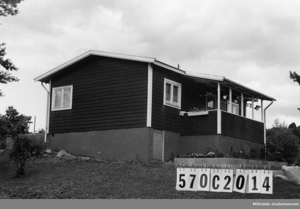 Byggnadsinventering i Lindome 1968. Dvärred 2:95. Hus nr: 570C2014. Benämning: fritidshus och redskapsbod. Kvalitet, fritidshus: mycket god. Kvalitet, redskapsbod: mindre god. Material: trä. Tillfartsväg: framkomlig. Renhållning: soptömning.