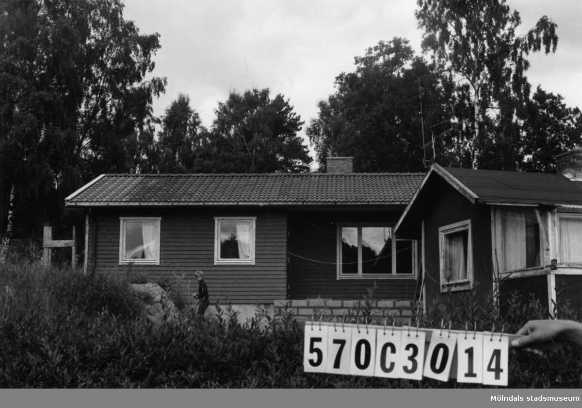 Byggnadsinventering i Lindome 1968. Dvärred 2:79. Hus nr: 570C3014. Benämning: två fritidshus och redskapsbod. Kvalitet, fritidshus: det ena mycket god, det andra dålig. Kvalitet, redskapsbod: mindre god. Material, fritidshus: det ena trä, det andra masonit. Material, redskapsbod: trä. Övrigt: den gamla stugan måste rivas. Hemsk! Tillfartsväg: framkomlig. Renhållning: soptömning.