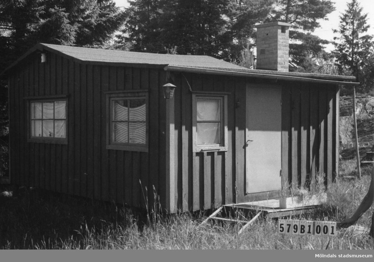 Byggnadsinventering i Lindome 1968. Gårda 2:55. Hus nr: 579B1001. Benämning: fritidshus och gäststuga. Kvalitet, fritidshus: god. Kvalitet, gäststuga: mycket god. Material, fritidshus: trä. Material, gäststuga: eternit. Övrigt: tomten igenvuxen. Tillfartsväg: framkomlig.