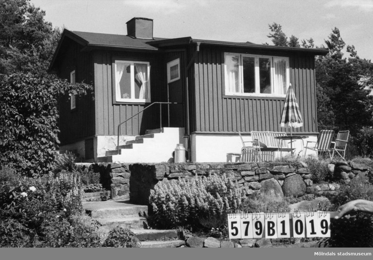 Byggnadsinventering i Lindome 1968. Lindome 2:12. Hus nr: 579B1019. Benämning: fritidshus och redskapsbod. Kvalitet: god. Material: trä. Tillfartsväg: framkomlig. Renhållning: soptömning.