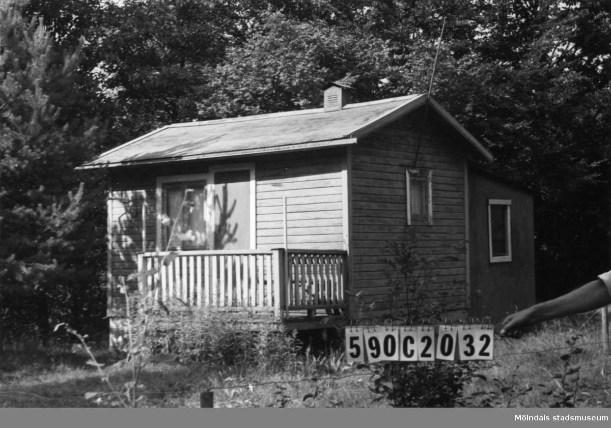 Byggnadsinventering i Lindome 1968. Torvmossared 1:7. Hus nr: 590C2032. Benämning: fritidshus och redskapsbod. Kvalitet: mindre god. Material: trä. Övrigt: troligen svartbyggd. Tillfartsväg: ej framkomlig. Renhållning: ej soptömning.