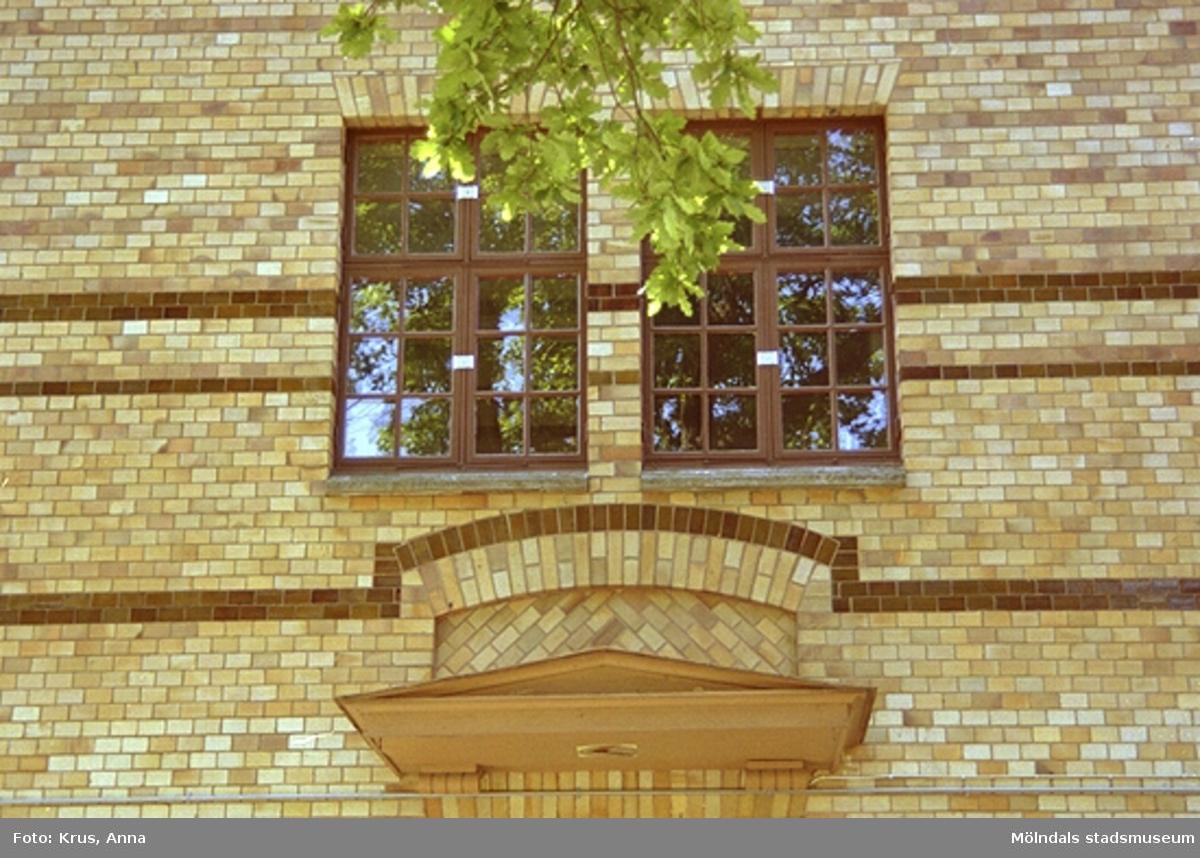 Sporregården - detalj, entréparti, östra fasaden. Tidigare Stora skolan.