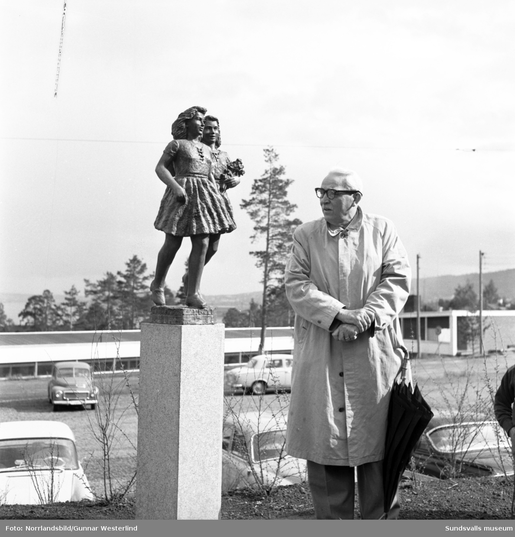 Avtäckningsceremoni för bronsskulpturen Smålandsflickorna av Thorvald Alef vid Tallbacken i Timrå.