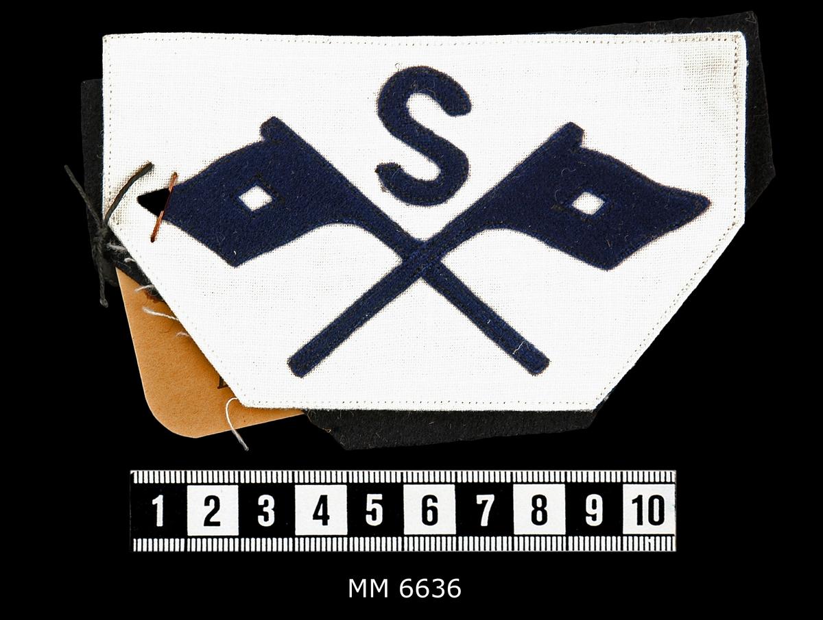Yrkesbeteckning, kompetens- och uppmuntringstecken För UOK, Flk, studenter A- och B-klass, matroser vid artilleri-, signal-, mintorped-, ubåts- och hantverksavdelningarna samt kompetenstecken, 3-, 2- och 1-streckade och uppmuntringstecken för 3:e, 2:a och 1:a uppmuntringsklasserna. Tillsammans 60 st.