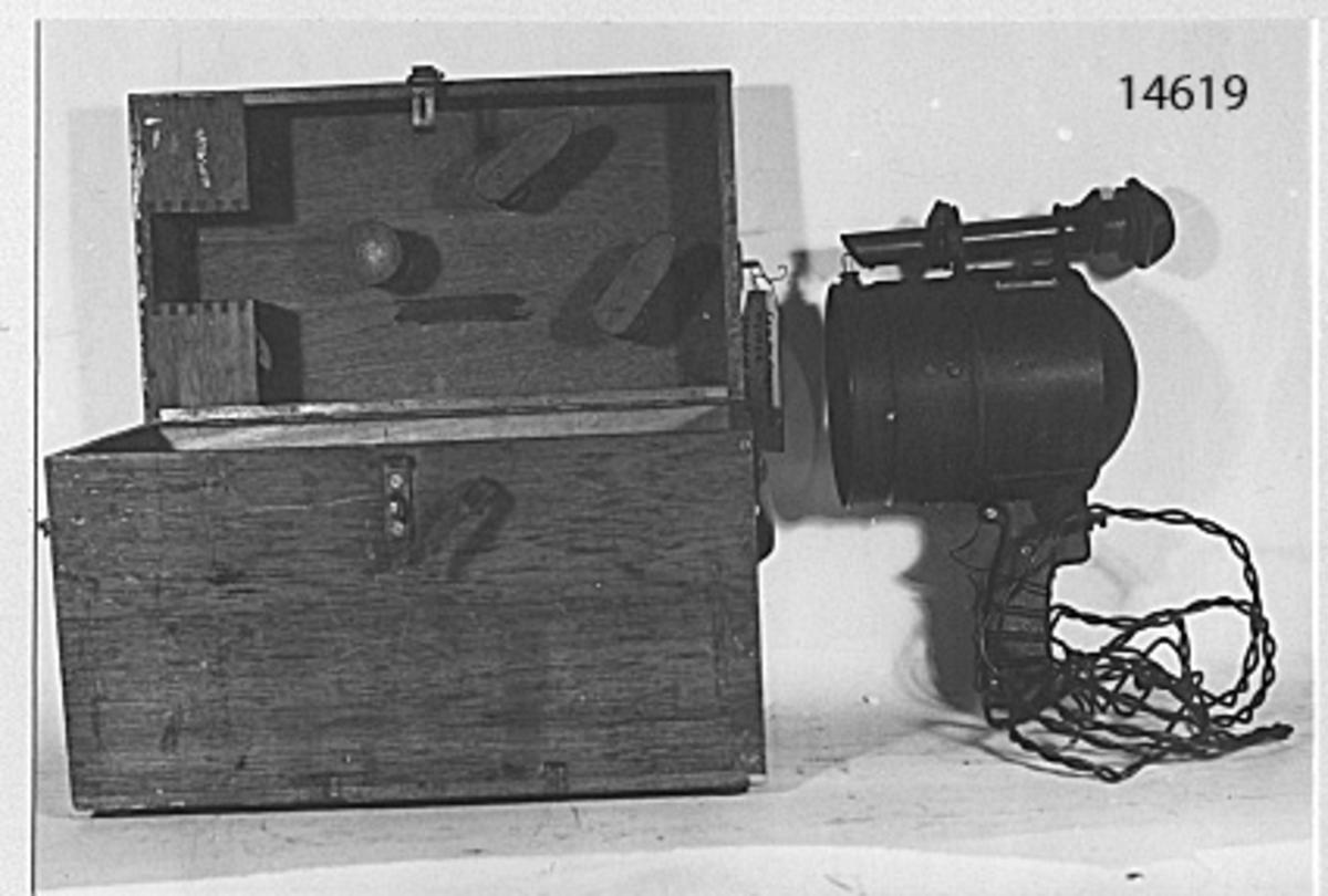 Lampan cylinderformad. Bakom glaset en rörlig jalusi, bestående av vågräta strimlor av plåt. Manövreras från handtaget på lampans bakre, undre del. På översidan dioptersikte. Märkt på en bricka: Jungnerbolaget Stockholm Sweden NIFE Typ Sig 57. Förvaras i låda, rödbetsad