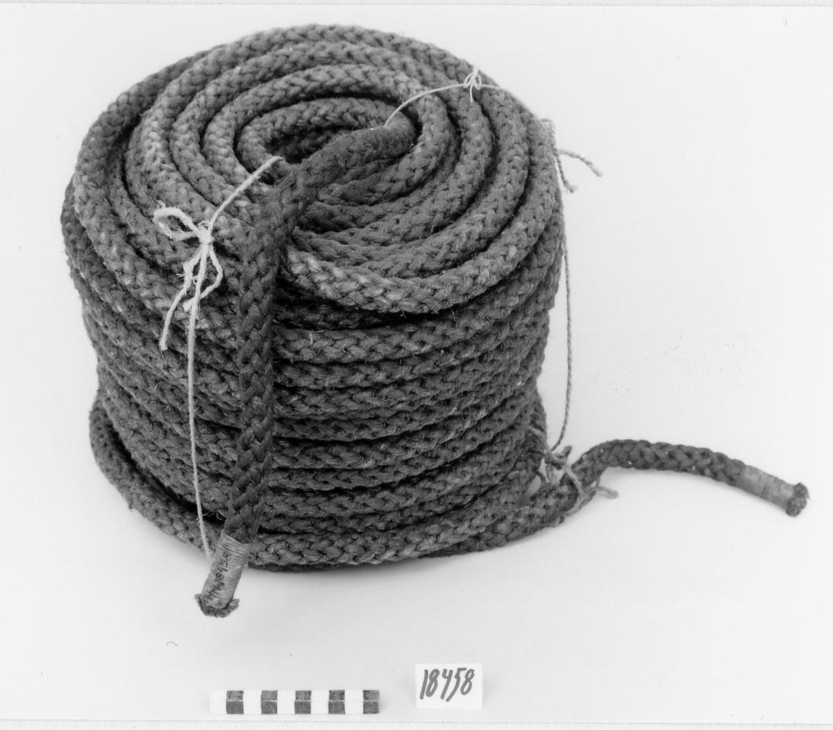 Lina på rulle tillverkad av tjärad hampa, klädd. Båda ändar taglade.