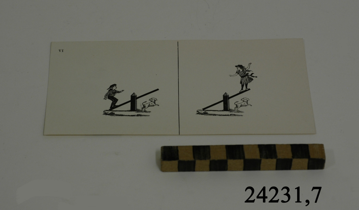 Rektangulärt vitt pappersark, numrerat VI i övre vänstra hörnet. På arket syns två stycken olika bilder i svartvitt, en för vardera öga. Till vänster: En pojke stående på den vänstra delen av en gungbräda. Under den högra delen av bräda en liten vit lekande hund. Till höger: En flicka stående på den högra delen av en gungbräda. Under henne, på marken en liten vit lekande hund.