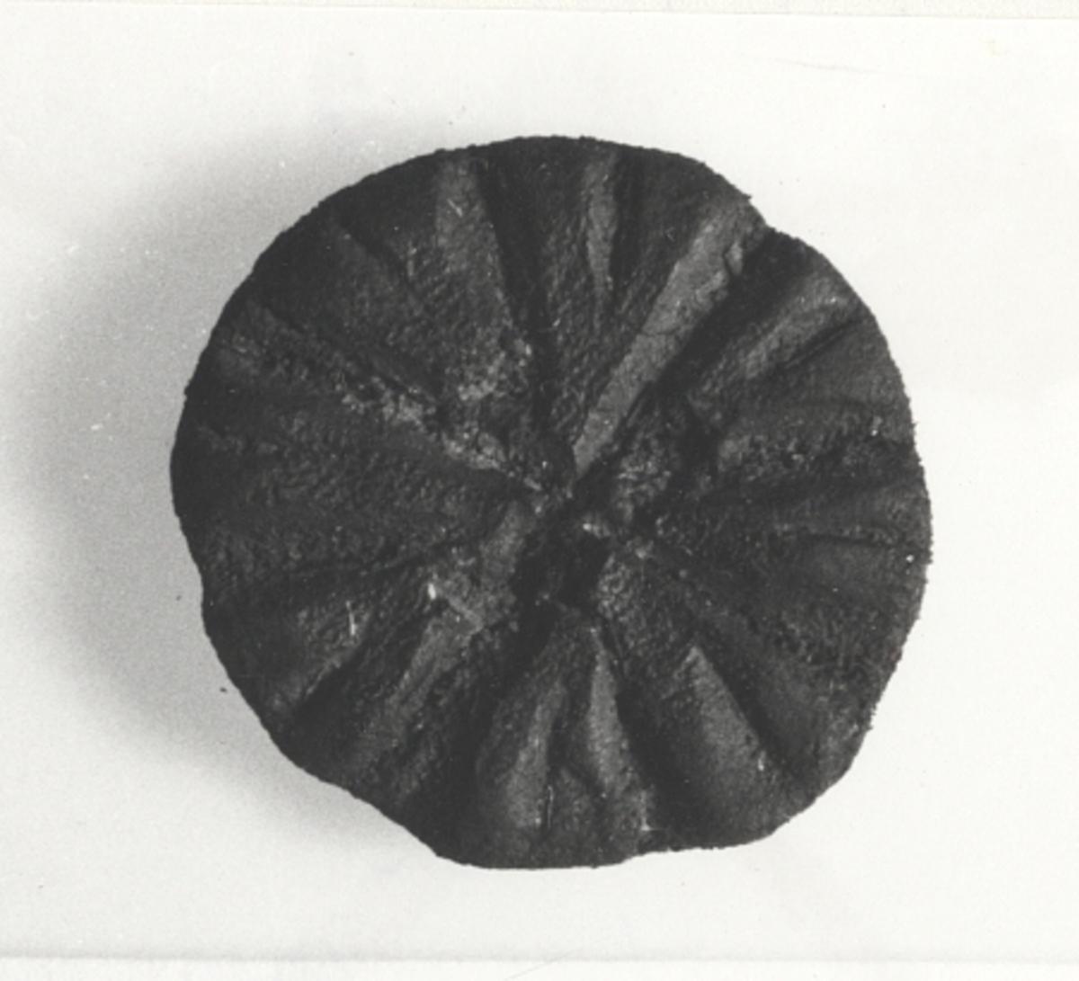 1) Fynd nr K 646 (1,7 cm, 0,2 cm) 2) Fynd nr K 410 (2,2 cm, 0,3) 3) Fynd nr K410 (1,9 cm, 1,2 cm)Föremålets form: Rund med stjärndekor