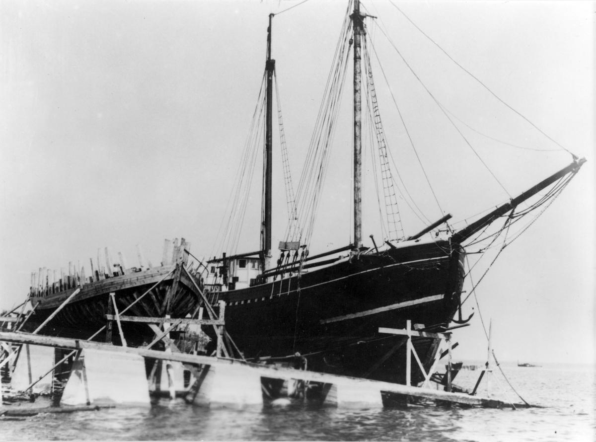 Fredrik Johanssons varv 1938. Galeasen Ebba under byggnad och skonaren Trion (RN 8176) från Karlskrona under reparation.