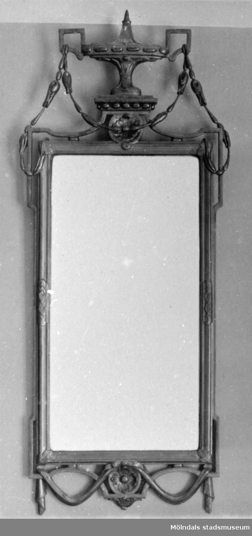 Vägghängd, avlång och dekorerad spegel. Gunnebo slott, 1930-tal.