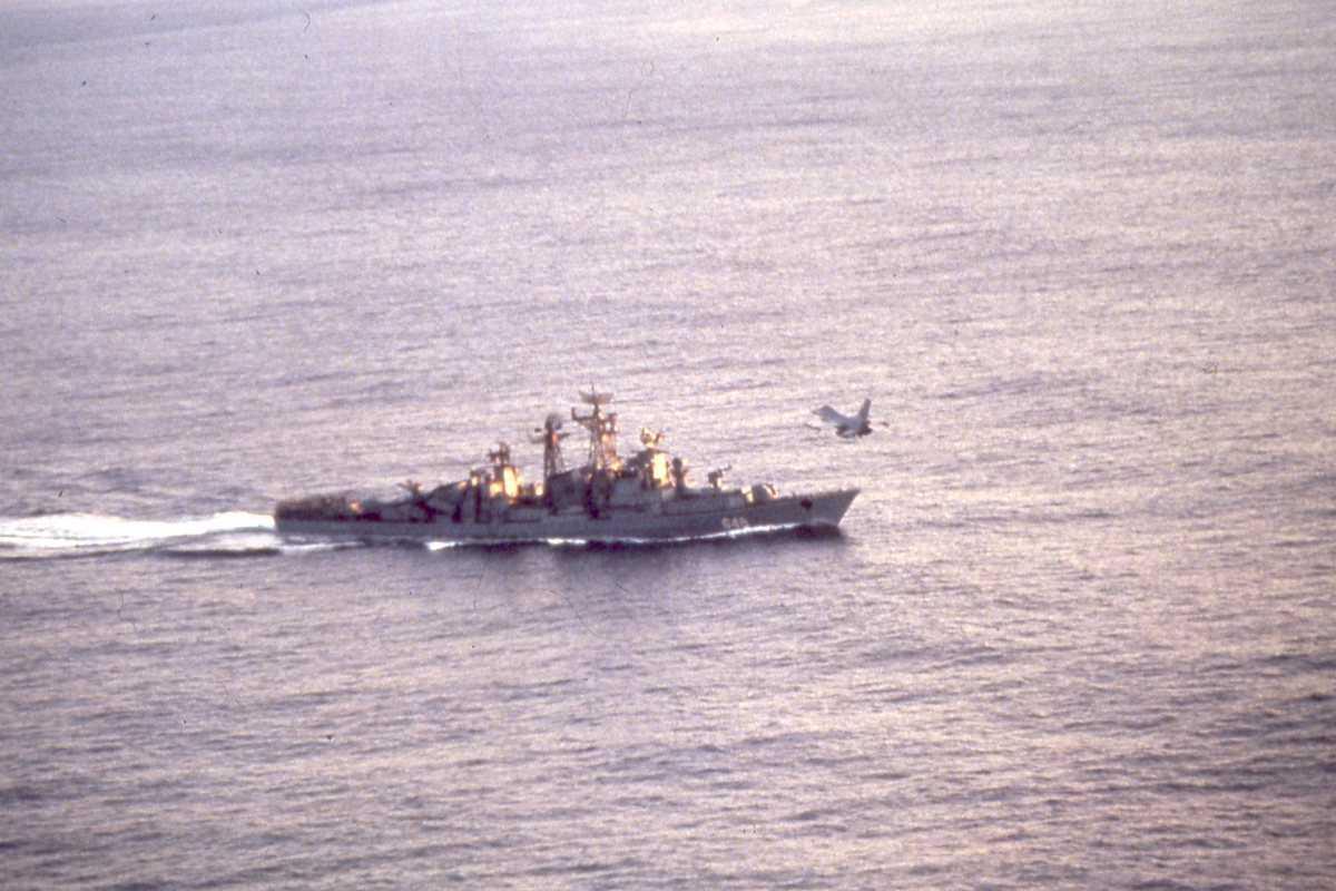 Russisk fartøy av Modifisert Kashin - klassen med nr. 648 og en F-16 i luften.