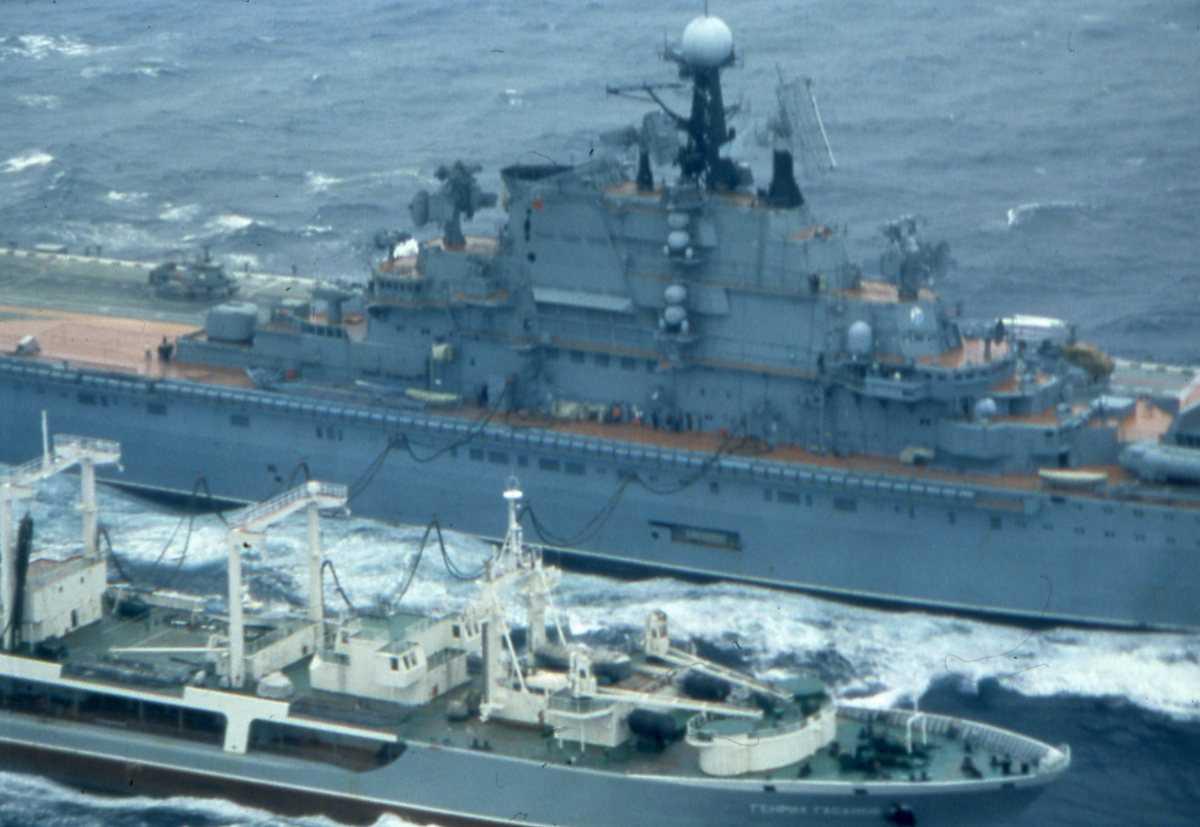 Russisk hangarskip av Kiev - klassen med nr. 051. Det nærmeste fartøyet er av Boris Chilikin - klassen. Bak til venstre på flydekket sees et helikopter.