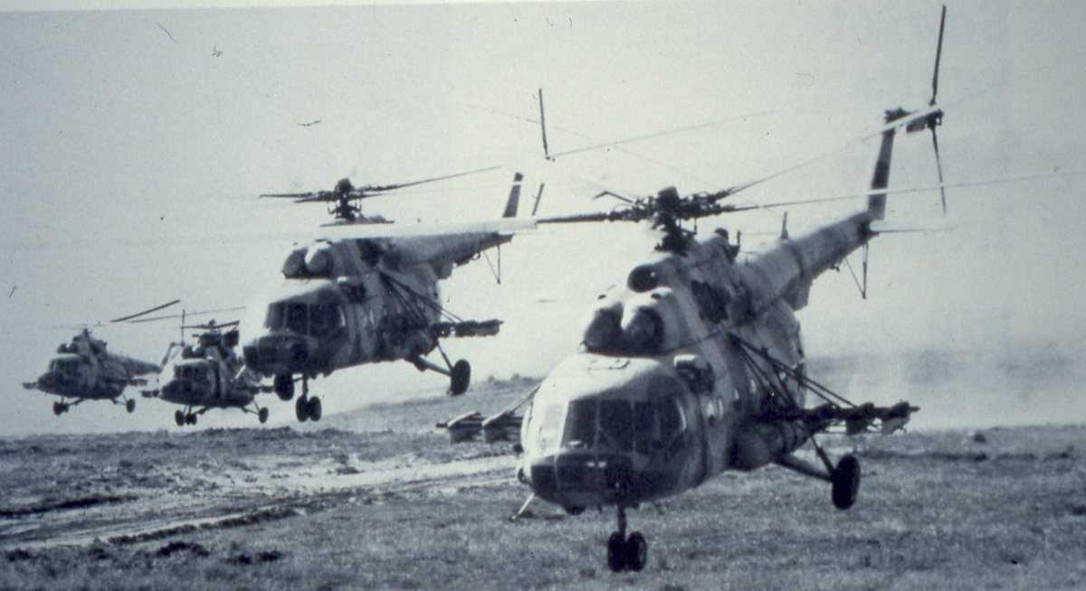 4 stk russiske helikoptere av typen Mi-17 Hip H i angrepsformasjon.