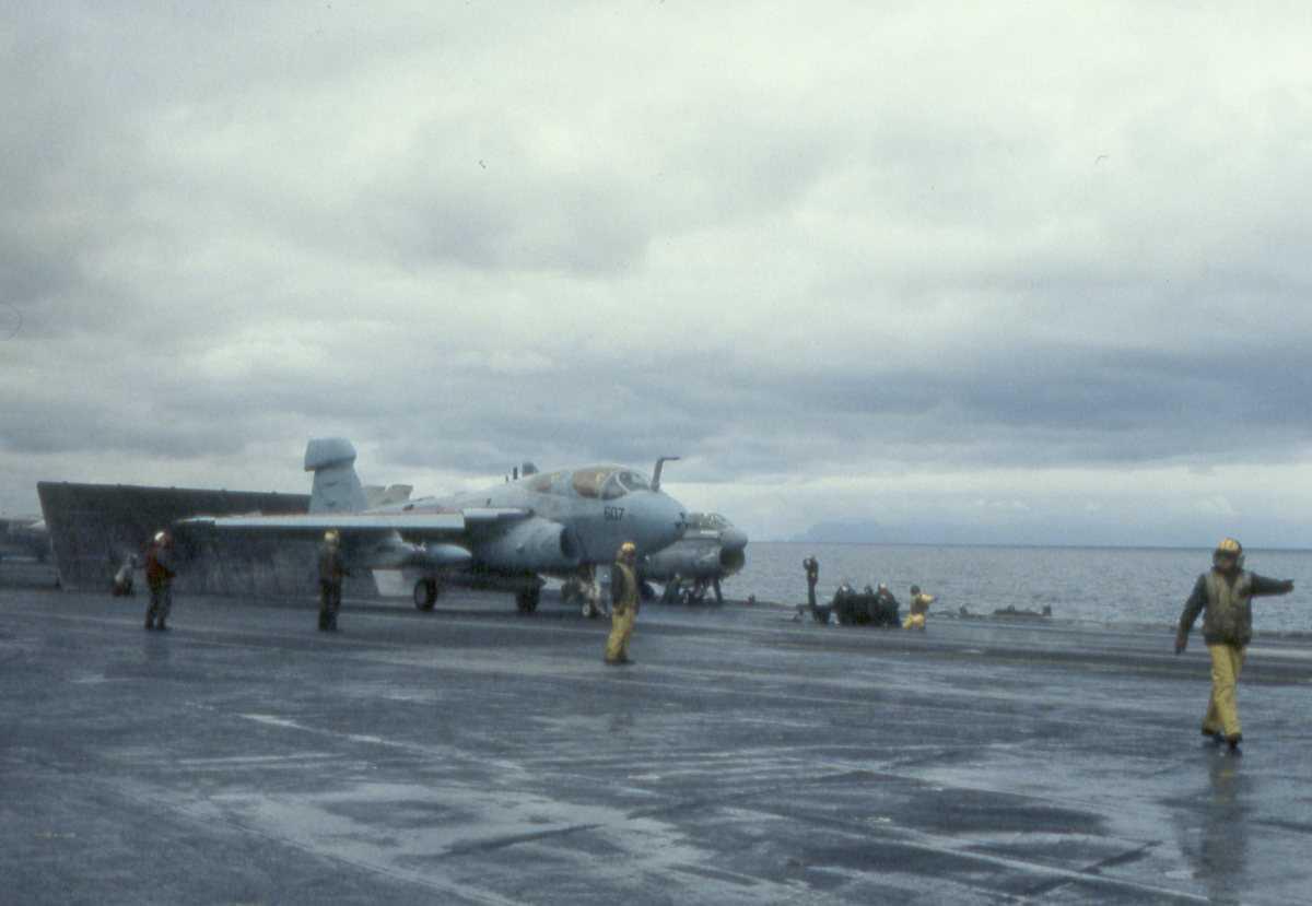 Amerikansk fly av typen EA-6B Prowler på hangarskipet Eisenhower med nr. CVN 69, som seiler i Vestfjorden.