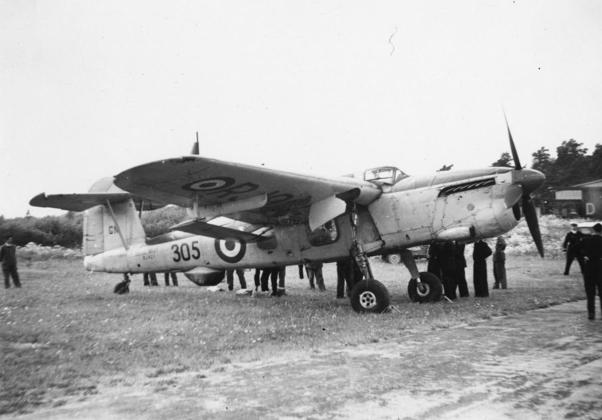 Brittiskt bombflygplan Fairey Barracuda Mk III på flygfält på F 8 Barkarby. Personer kring flygplanet.