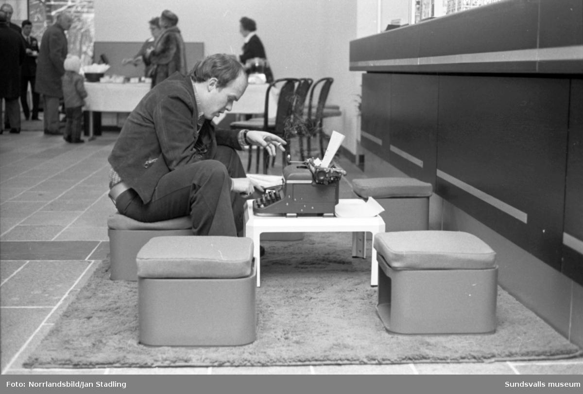 Sparbankens invigning i Sundsvall. Personal, kunder, kaffe och ballonger.