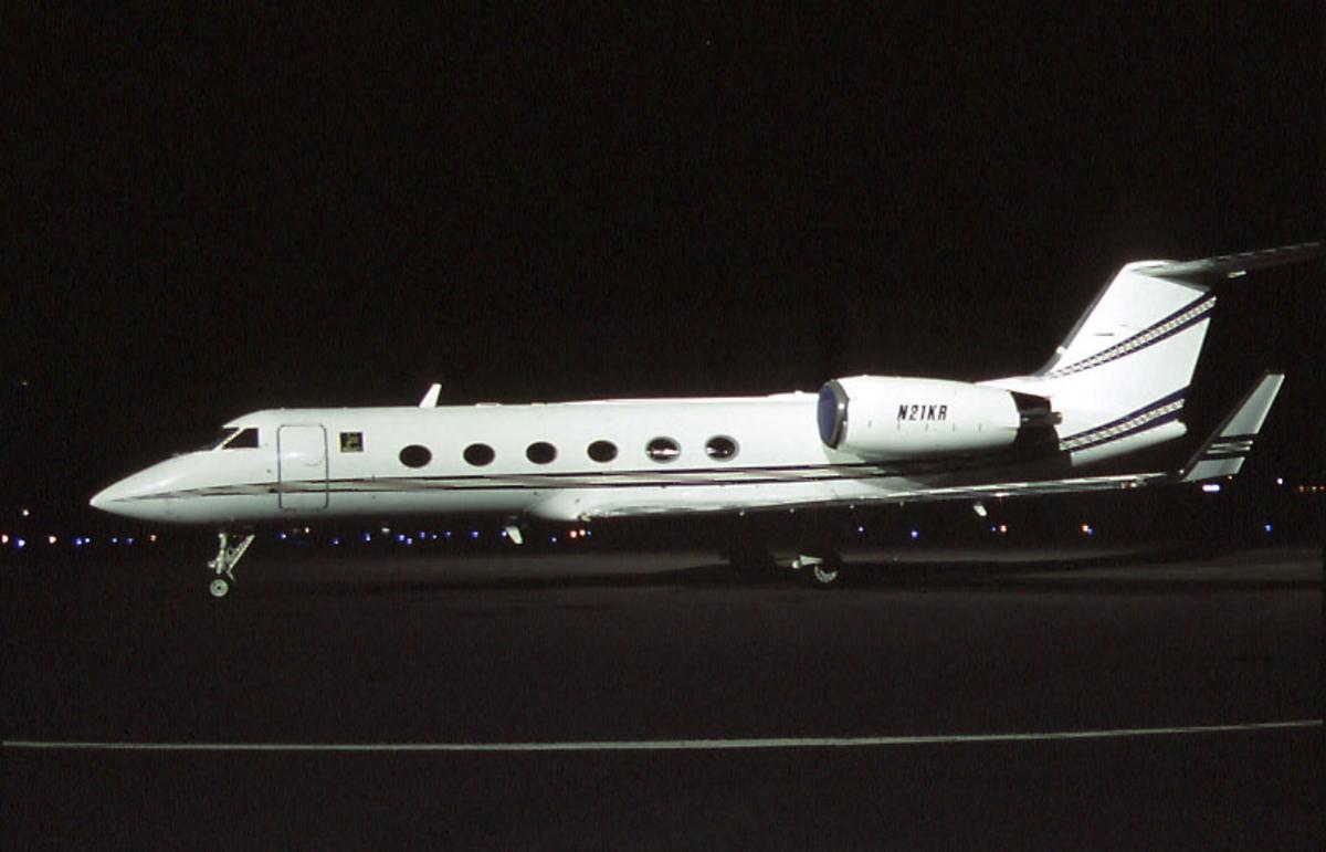 Lufthavn, 1 fly på bakken, Gulfstream IV-SP, N21KR fra Kjell I. Røkke, Aker RGI.  Tatt i mørket.