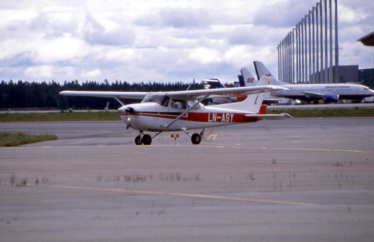 Ett fly på bakken, Cessna 172N LN-ASY fra Grenland FK Skien.