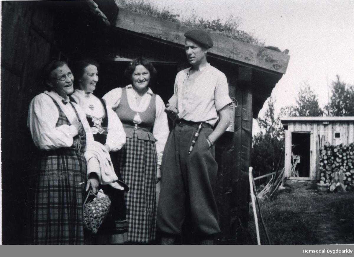 Frå venstre: Anne Gunvaldgard, Ukjend, Gudrun Davidsen og Trygve M. Davidsen på Nøreli i Hemsedal i 1945