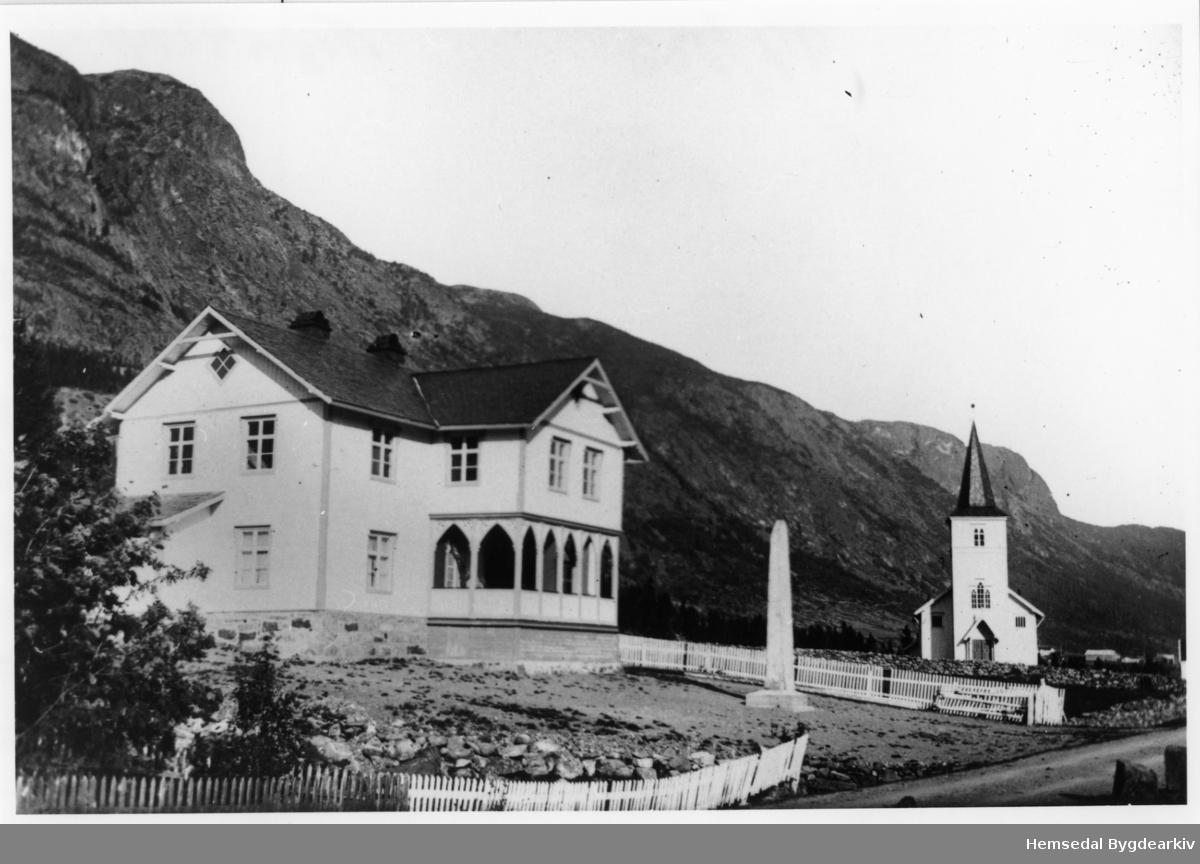 Det gamle heradshuset (Tingbygningen/Tingbygnaden) som låg der biblioteket/Kyrkjestugu/Hemsedal barne- og ungdomsskule ligg i dag (2013). Før 1938 hadde Trøym kulekrins også skulelokala sine her.  Bautaen/Krigsminnemerket vart flytta til kyrkjegarden framfor kyrkja då heradshuset vart rive kring 1980.