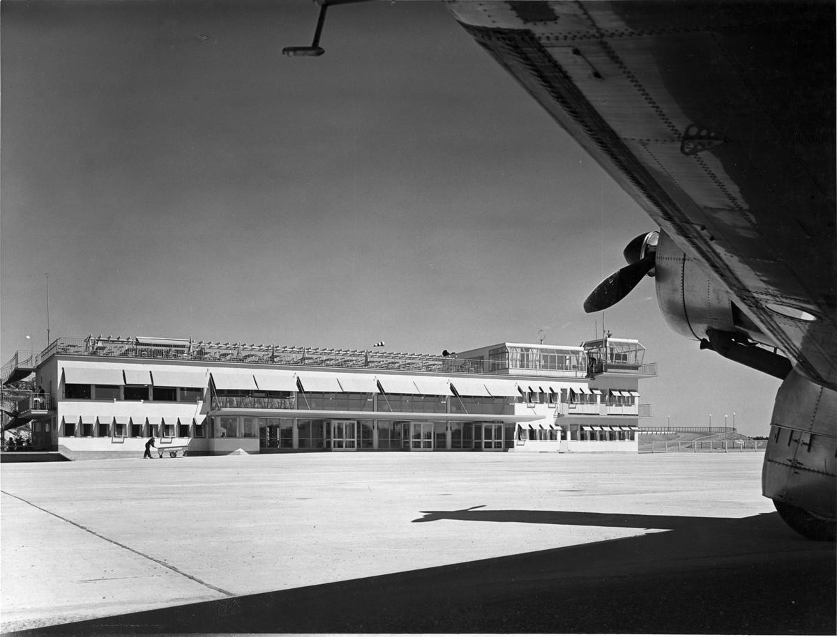 Stationsbyggnaden, Bromma flygplatsExteriör, flygplan i förgrunden.