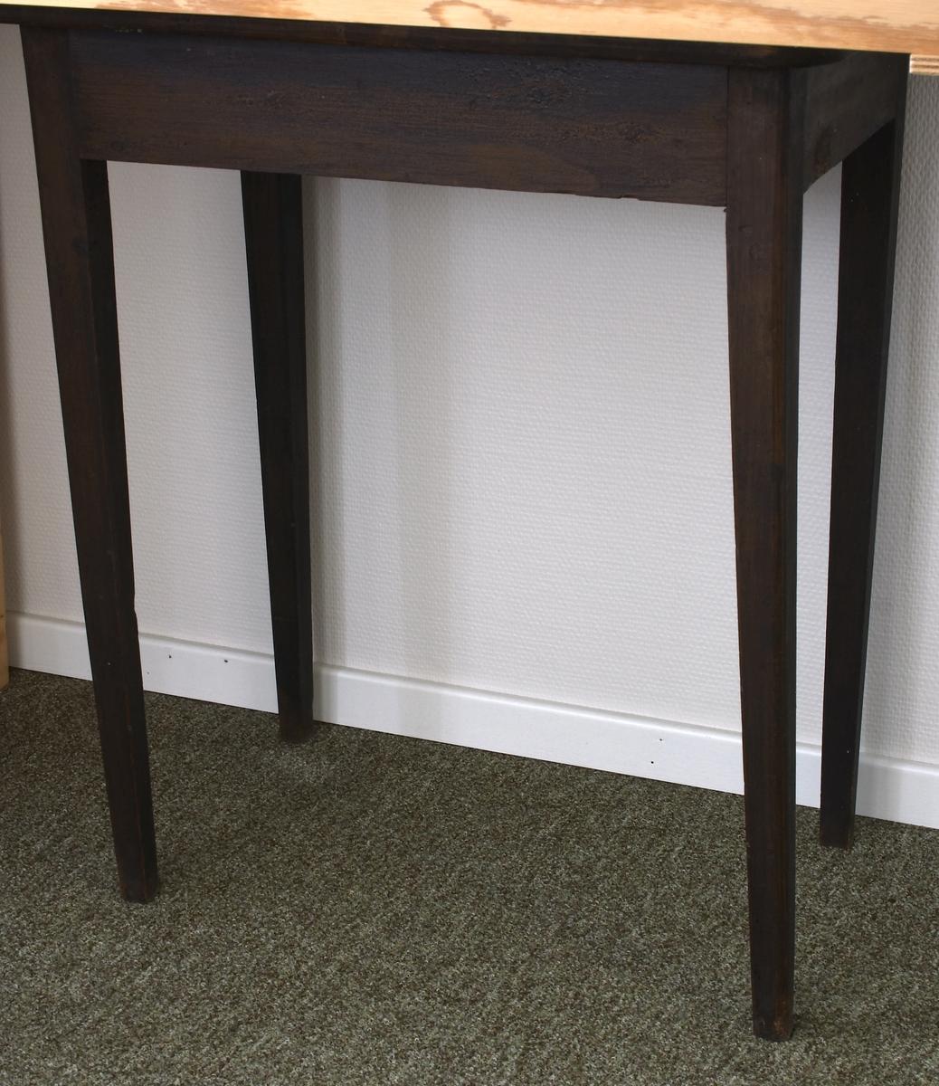 Avlangt bord med runde kanter. Topplaten litt stygg. Fire firkantede bein litt beiere oppe enn nede. Over en ramme laget av fire rette bord ligger en bordplate.