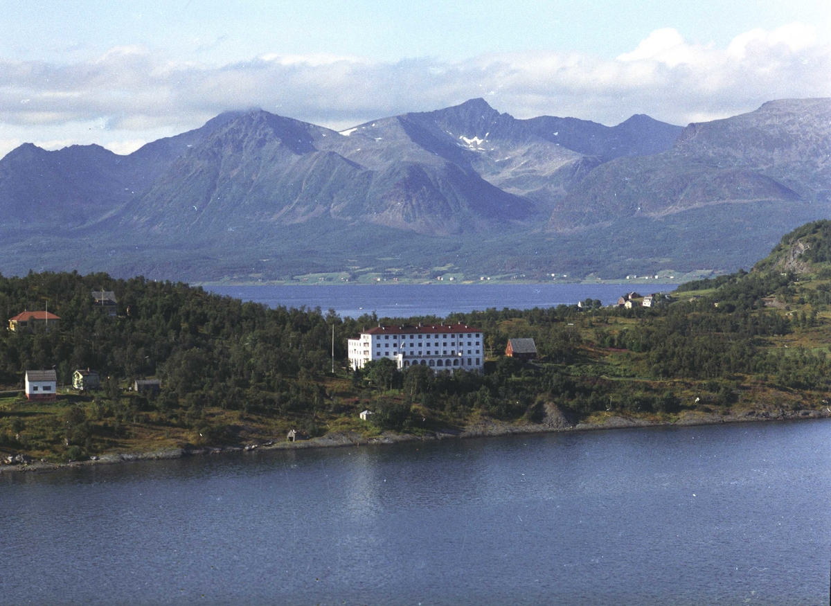 Flyfoto av Trondenes Folkehøgskole.