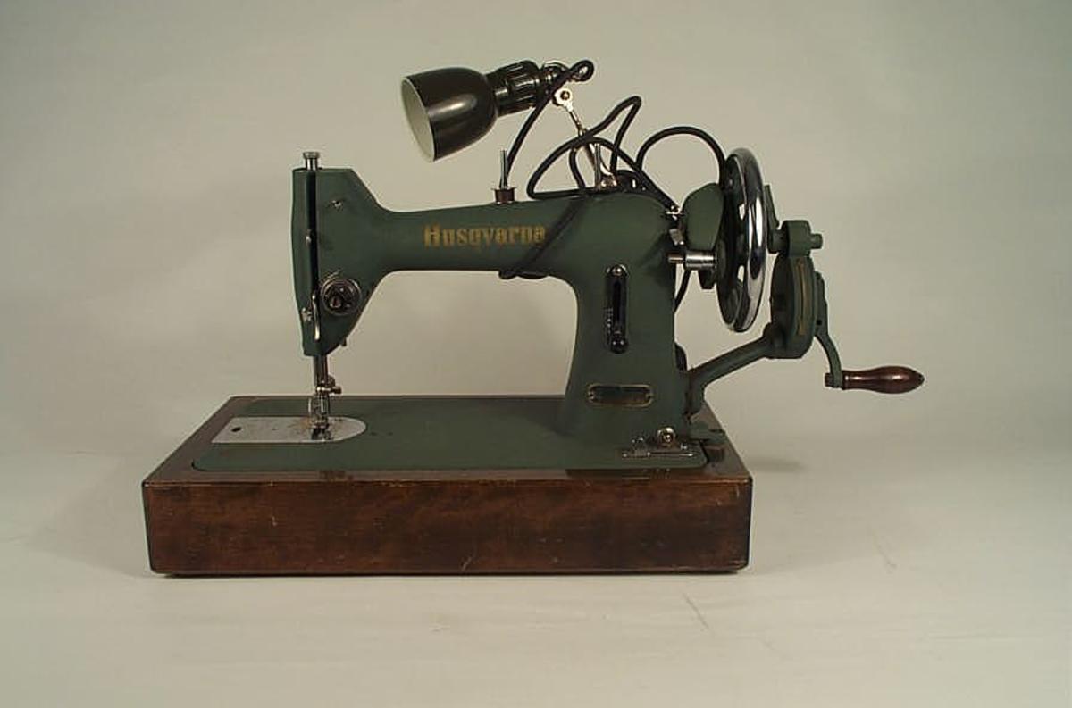 Symaskin innkjøpt av Kaupanger og Amla husmorlag til bruk i håndarbeidtimane ved Kaupanger skule.