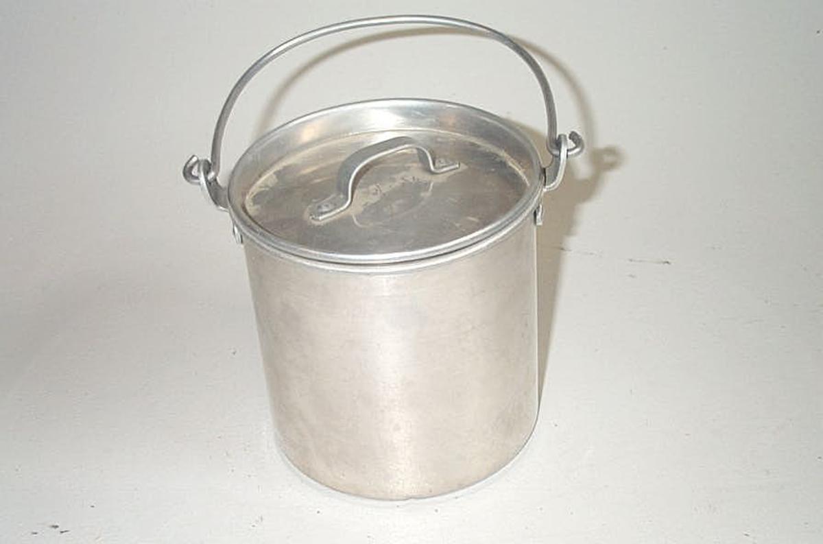 Form: Sylinderforma med lok og hank