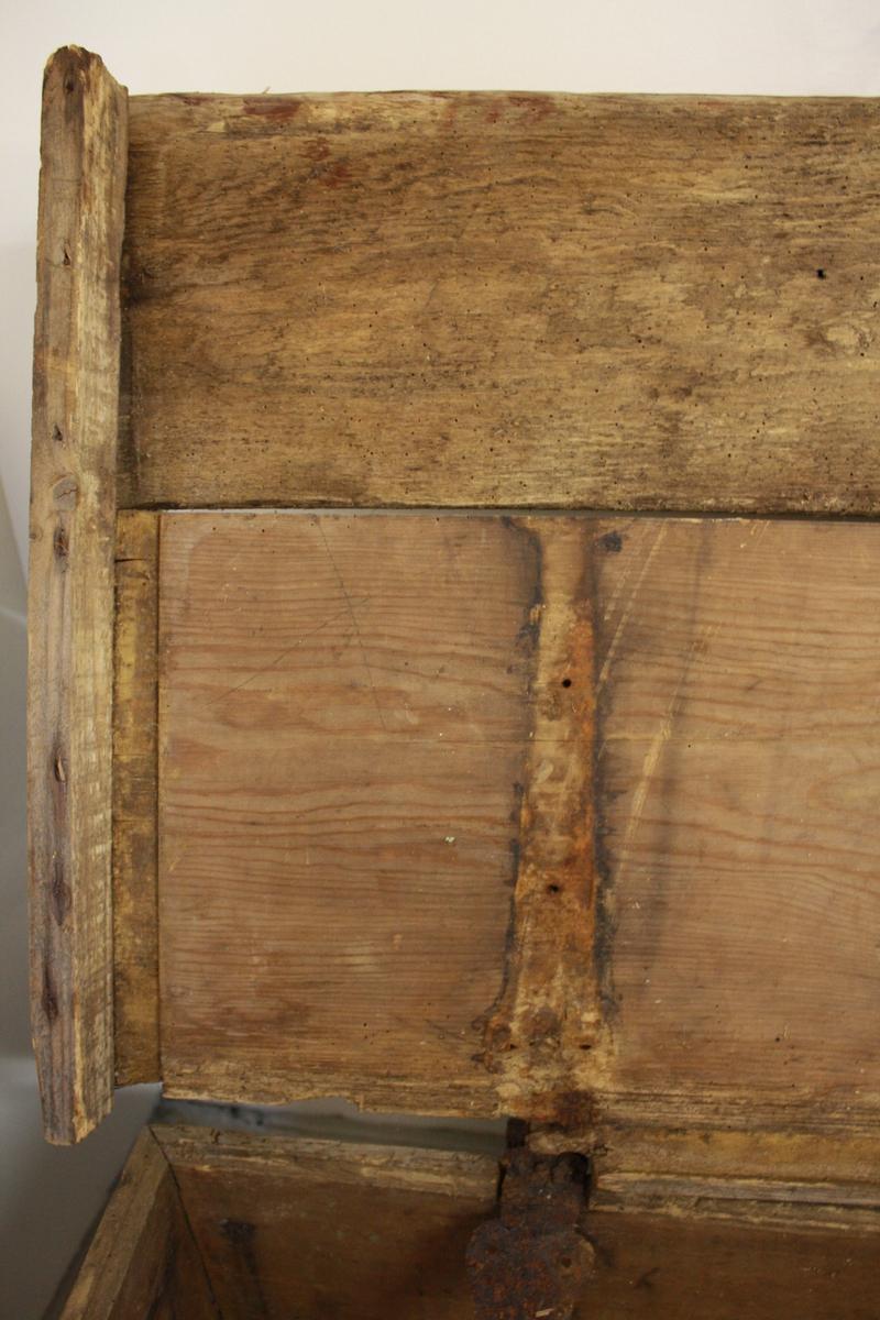 Stor kiste med flatt lok, truleg nytta til lagring av korn. Metallbeslag framme og på hjørna. Låket har blitt reparert ein gong. Reparasjonen er eit slettare arbeid enn sjølve kista.