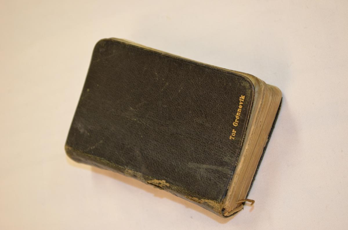 Skinninbunden salmebok. Namnet til eigaren er felt inn i skinnpermen med gullskrift.