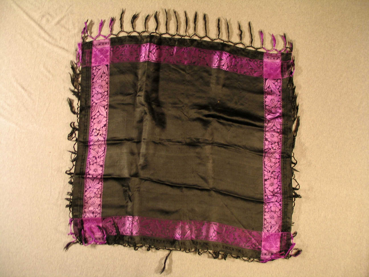Kvadratisk svart silkeklut med frynser og lilla borde med innvevd blomemønster
