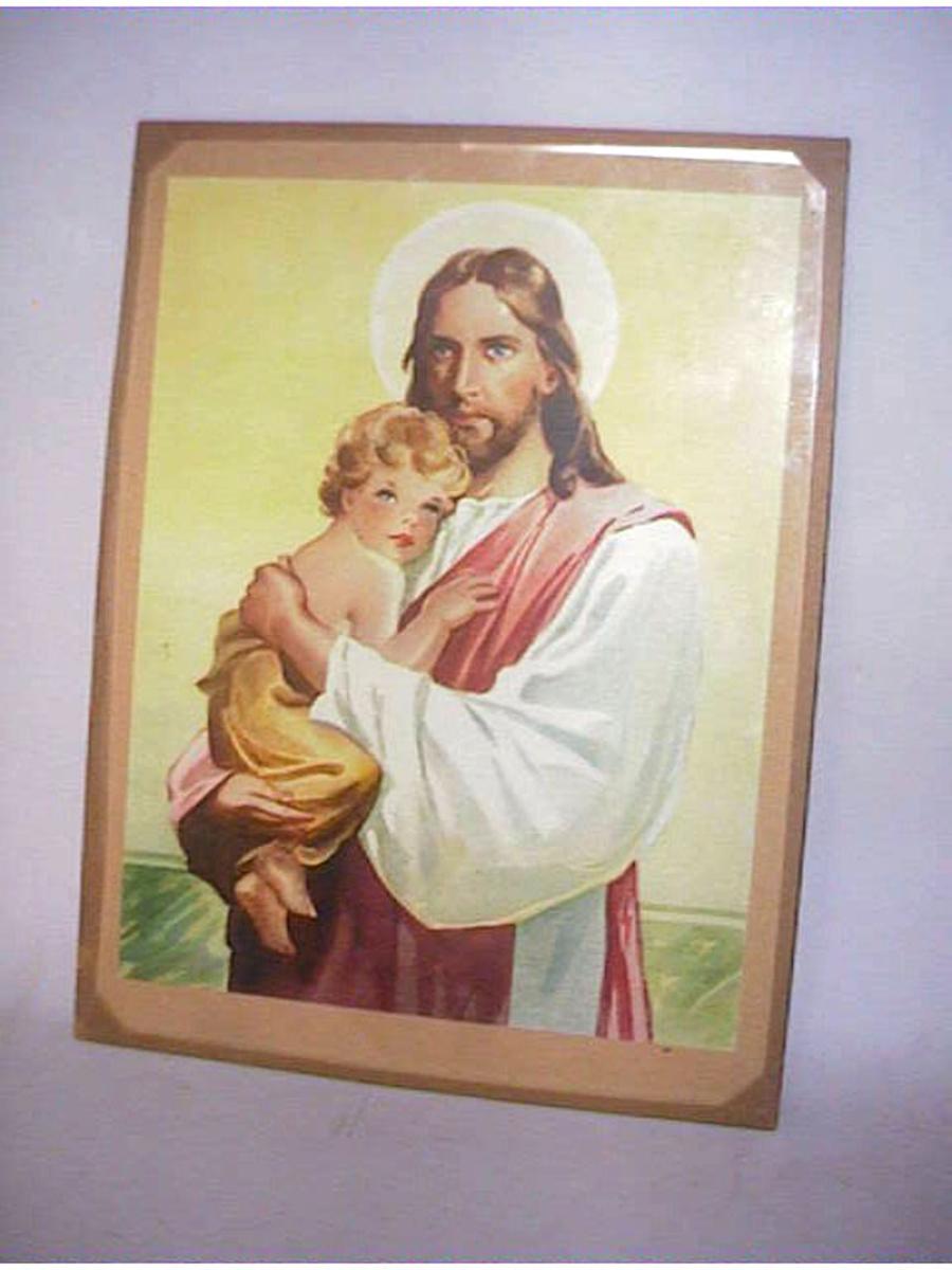 Farga teikning av Jesus med eit lite barn. Limt på papp, glas festa med brunt limband som fungerer som råme.