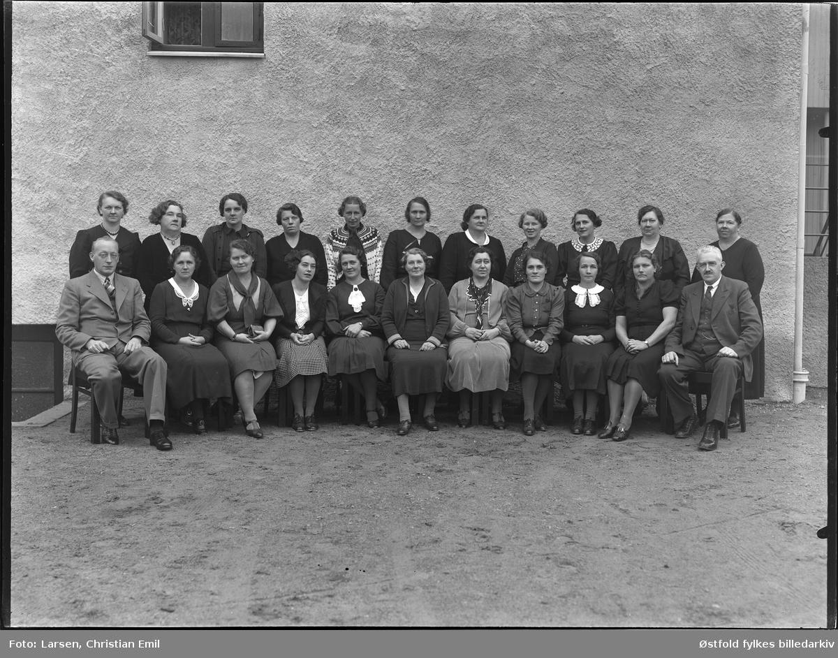 Gruppe kvinner og menn, ukjent sted og gruppe.