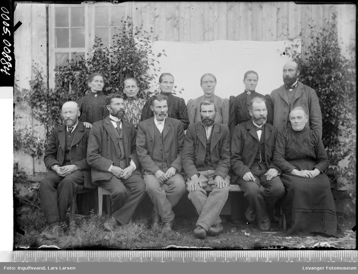 Gruppebilde av seks kvinner og seks menn.