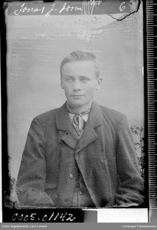 Portrett av ung mann i halvfigur.